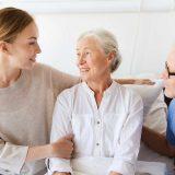 Anziano con Alzheimer e assistenti