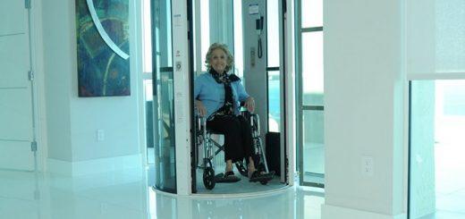 Ascensore con disabile in carrozzina