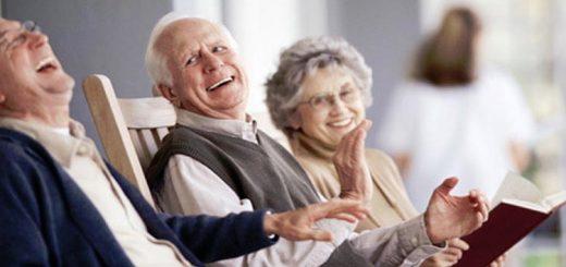 Anziani che leggono e scherzano