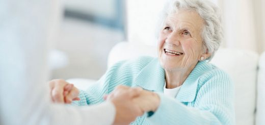 Donna anziana sorridente