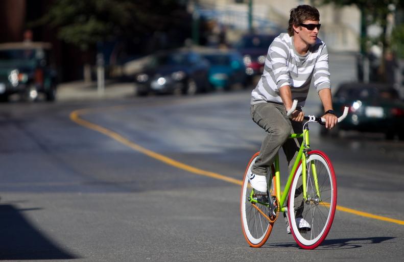 Ragazzo su bici fixed
