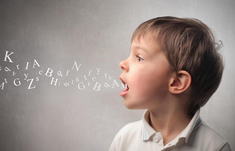 Bambino con lettere che gli escono dalla bocca