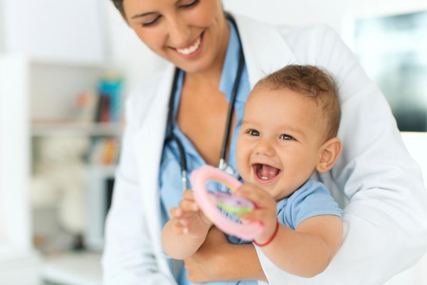 Pediatra con bebè
