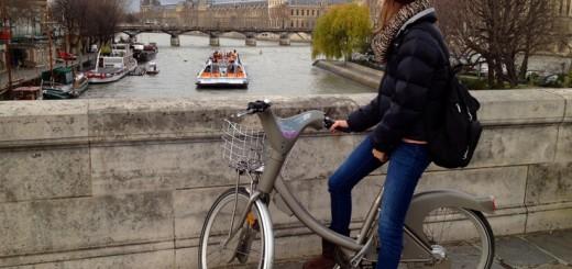 Ragazza in bicicletta a Parigi