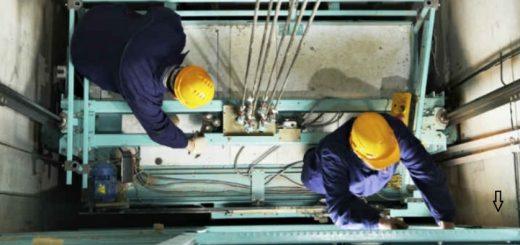 Due tecnici che riparano un ascensore