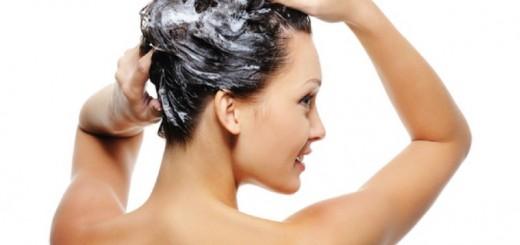 Ragazza che si fa lo shampoo