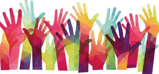 volontariato e mani alzate